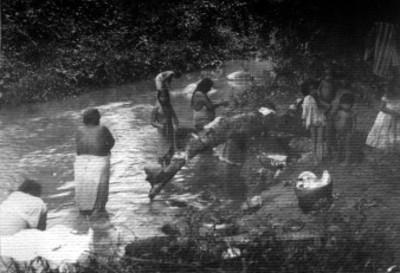 Indígenas se bañan en un río