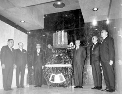 El presidente Gustavo Díaz Ordaz y miembros de su gabinete efectuan una guardia de honor en la cripta de Francisco I. Madero