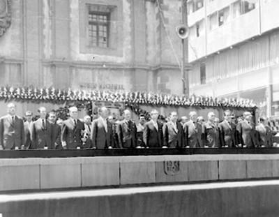 El presiente Gustavo Díaz Ordaz representantes de los Poderes Legislativo y Judicial miembros de su gabinete en ceremonia conmemorativa del 21 de marzo
