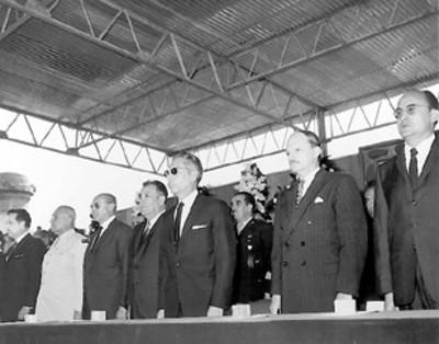 El presidente Díaz Ordaz representantes de los poderes Legislativo y Judicial y miembros de su gabinete presiden una ceremonia