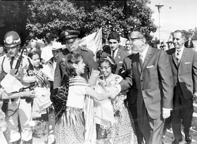 """Primer mandatario Mexicano Gustavo Díaz Ordaz """"En la imagen aparece saludando a unas chiquillas vestidas con típico traje de china poblana"""""""