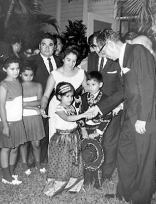 Durante la recepción que dio el Presidente Díaz Ordaz a la colonia mexicana residente en Nicaragua saluda a unos niños nacido en ese país, cuyos padres son mexicanos
