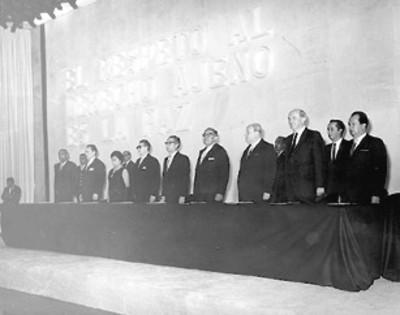 El presidente Díaz Ordaz y comitiva presiden el homenaje en honor a Benito Juárez en la inauguración del edificio de la secretaría de Relaciones Exteriores