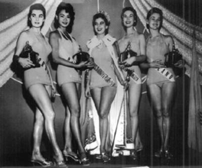 Reina y princesas de un concurso de Belleza, retrato de grupo