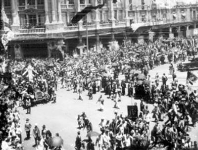 Multitud observa el cortejo funebre de Emilio Carranza pasando por la Plaza Constitución