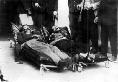 Cadáver de hombre y mujer después de ser fusilados
