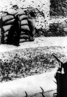 José de León Toral en el momento de recibir la descarga que lo fusiló