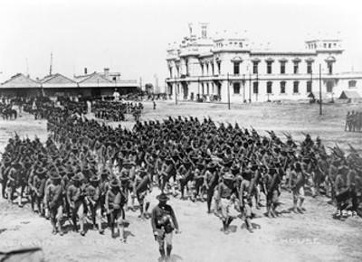 Soldados americanos desembarcan frente al edificio de Faros, para relevar a los que invadieron Veracruz