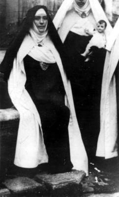 Concepción Acevedo y otras monjas junto a una fuente, retrato