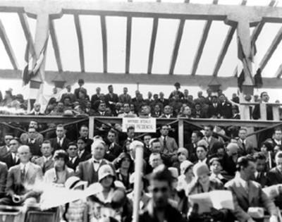 Emilio Portes Gil y comitiva durante un evento en un estadio