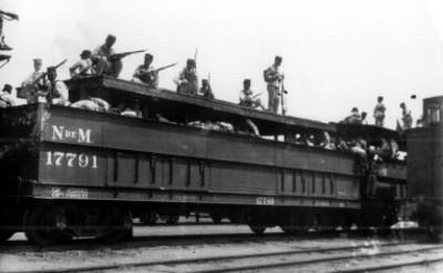 Soldados vigilan desde el techo de un vagón
