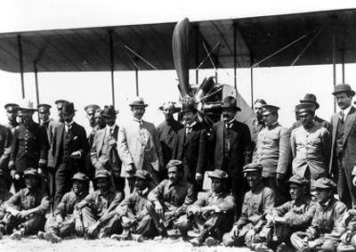 Los generales Jesús Agustín Cortés, Pablo González Alvarado, Murguía y otros, durante la exhibición aerea que fue ofrecida en su honor
