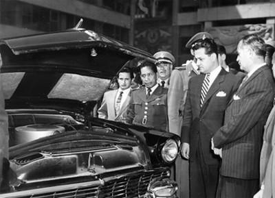 Walter C. Buchanan y otros funcionarios durante la entrega de patrullas