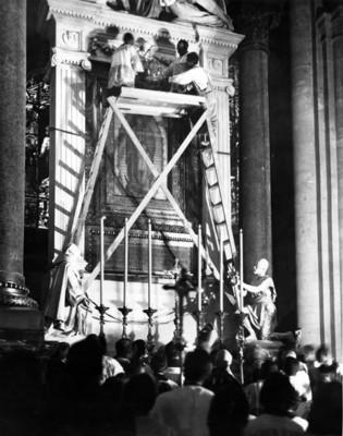 Sacerdote corona a la virgen de Guadalupe durante una ceremonia