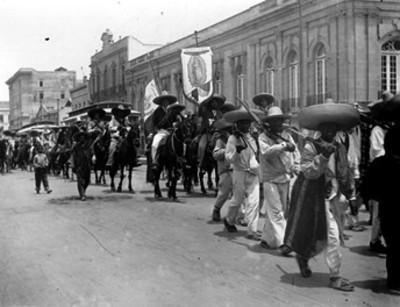 Ejército zapatista desfila por las calles de la ciudad