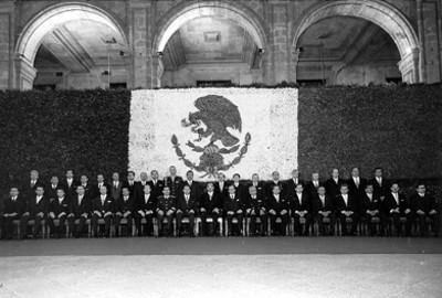 Luis Echeverría Alvarez y miembros de su gabinete presidencial en Palacio Nacional, retrato de grupo