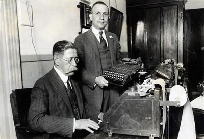 Amado Aguirre, sentado frente a máquina de escribir