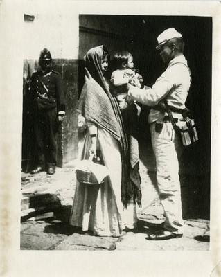 Soldado toma en brazos a niño frente a un cuartel