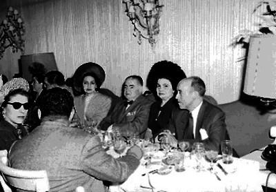 Alejandro Quijano acompañado de su esposa y otras personalidades en un banquete