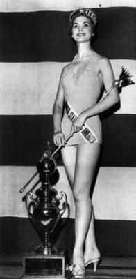 """Mujer con trofeo durante """"concurso de belleza"""", retrato"""