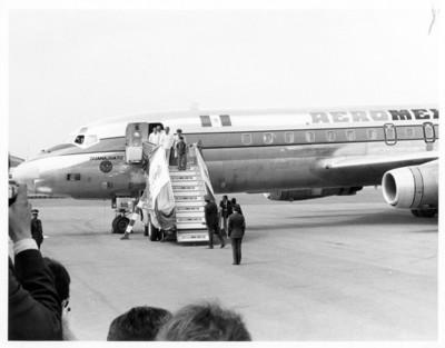 Luis Echeverría Alvarez y su comitiva descienden de avión despúes de gira de trabajo