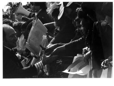 Pierre Elliot Trudeau saluda de mano a niños, durante su arribo a la Ciudad de México