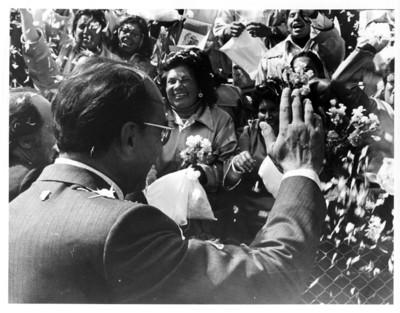 Luis Echeverría saluda a la gente durante bienvenida al Primer Ministro de Canadá