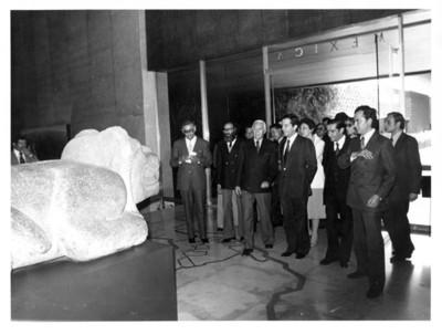 Adolfo Suárez y su comitiva observan estatua ceremonial de Ocelotl-Cuauhxicalli a la entrada de la Sala Mexica, en el Museo de Antropología