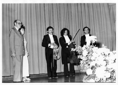 Luis de la Hidalga y Emilia Téllez B. con el Trío México sobre escenario