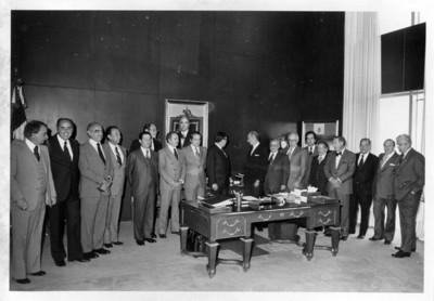 Santiago Roel en su oficina con grupo de empresarios mexicanos