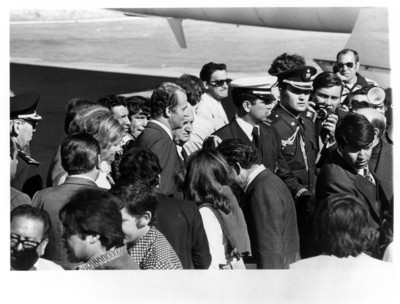 Los Reyes de España se dirigen al avión Quetzalcoatl-I