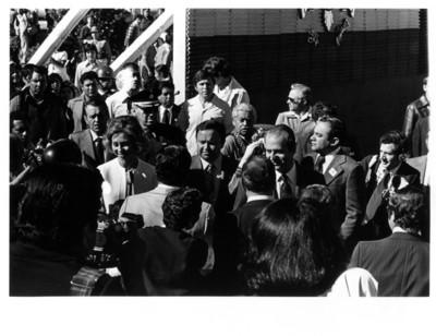 La Reina Sofía y su esposo Juan Carlos I son recibidos por una multitud de personas