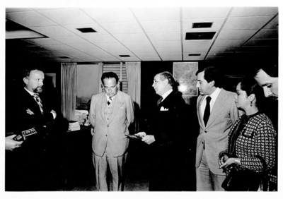 Alfonso de Rosenzweig recibe en su despacho a Hernán Crespo Toral y comitiva de Quito, Ecuador