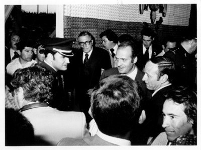 Santiago Roel camina junto al rey Juan Carlos de España, durante su llegada a Guanajuato
