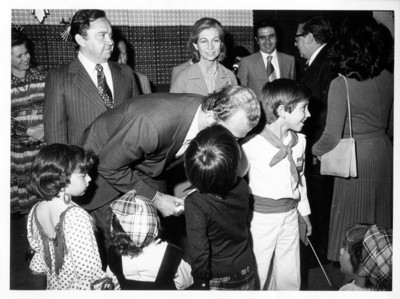 Juan Carlos I de Borbón se inclina y saluda a niños durante su visita a Guanajuato
