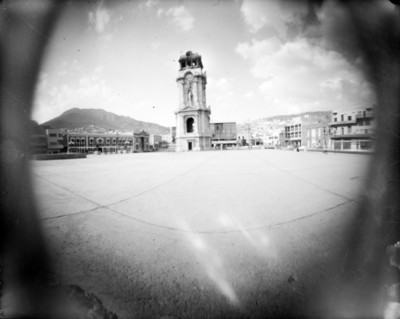 Reloj monumental en la Plaza Independencia