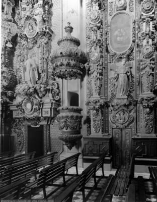 Púlpito y retablo de la Iglesia de Santa Clara