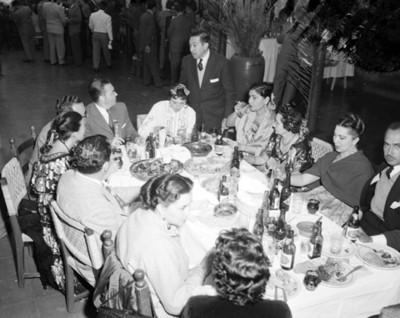 Personas en comedor durante un banquete