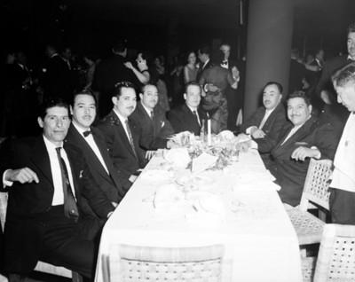 Hombres en comedor durante unafiesta, retrato de grupo