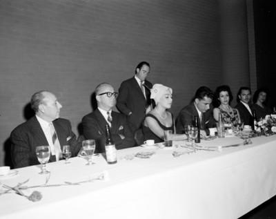 Personas en comedor durante banquete en salón de hotel Balsa