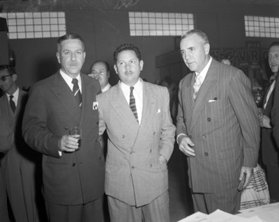 Hombres durante banquete en una agencia automotríz, retrato de grupo