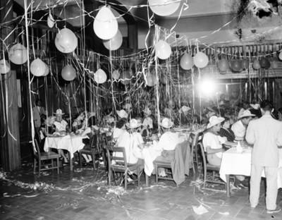 Asistentes a la Vi Convención Chrysler durante una fiesta