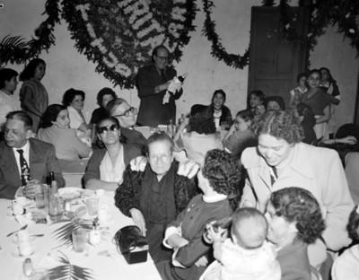 Gente durante una fiesta en un salón