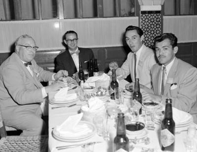 Hombres durnte banquete de la V Convención Willys Mexicana, S.A., retrato