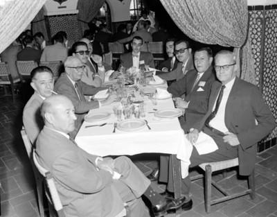 Hombres en un evento de la V Convención Willys Mexicana S.A., retrato