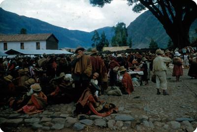 Indígenas de Cuzco se congregan para la compra-venta, dia de mercado