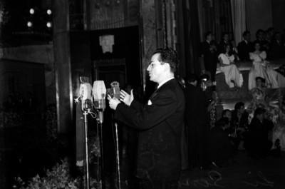 Andrés Serna Rojas pronunciando unas palabras, al parecer durante un concurso de belleza, en el Palacio de Bellas Artes