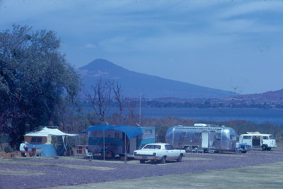 Campamento a la orilla de un rio