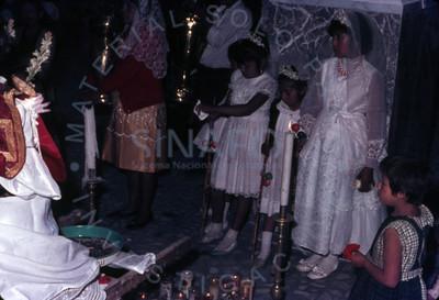 Niñas visten de blanco para primera comunión en iglesia