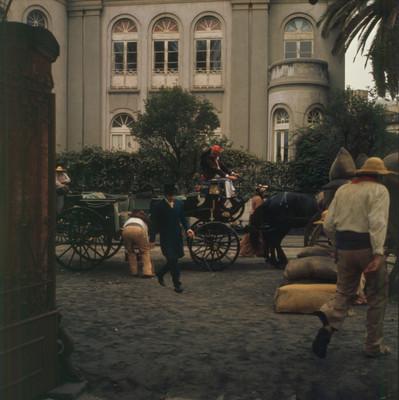 Hugo Stiglitz desciende de carruaje en escena de la película El Señor de Osanto